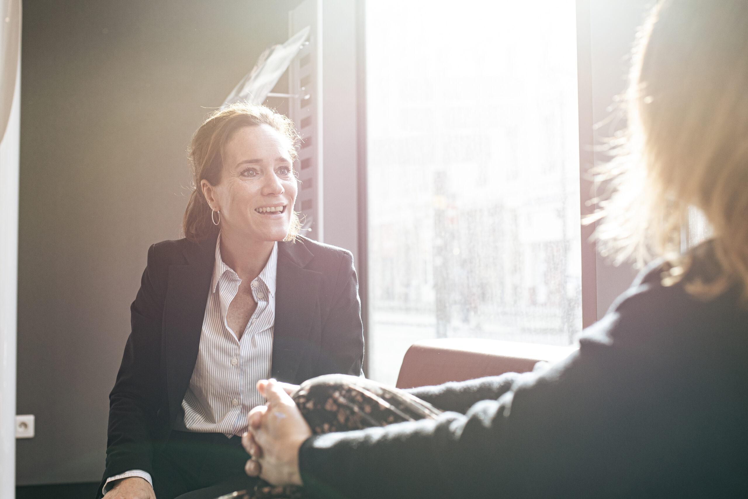 Un avocat parle avec sa cliente