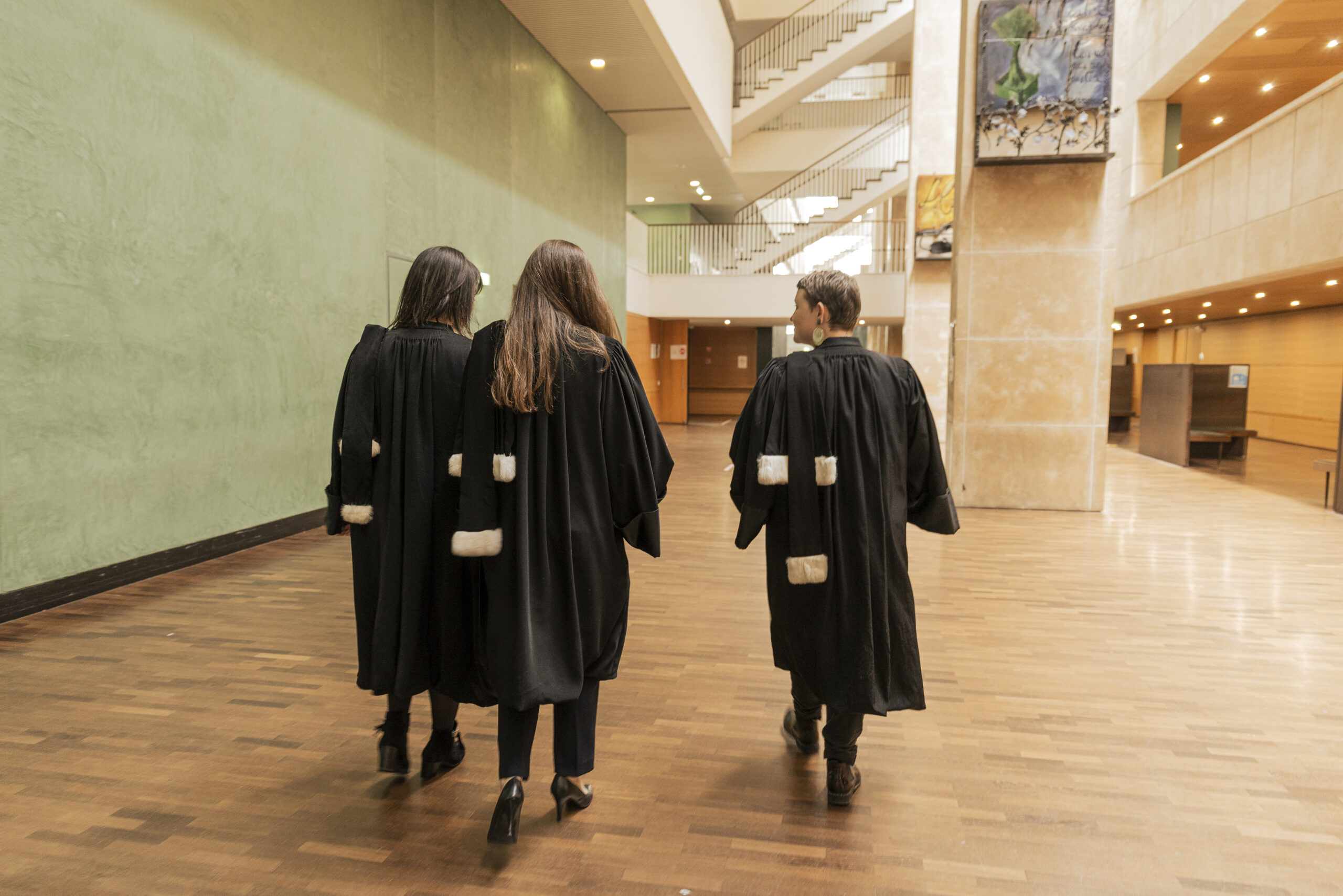 Trois avocats en robe discutent dans le Tribunal Lyon