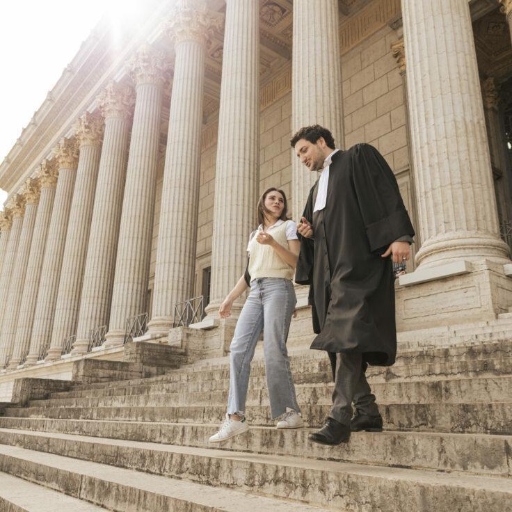 Un avocat et sa cliente devant l'Ancien Palais de Justice de Lyon